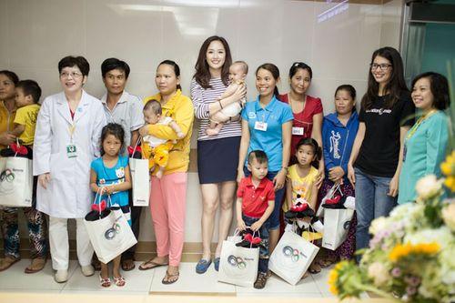 Hoa hậu Mai Phương Thúy giản dị đi làm từ thiện - Ảnh 12