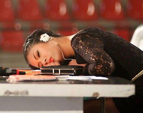 Cảm thông với những hình ảnh mệt mỏi của sao Việt ở hậu trường - Ảnh 21