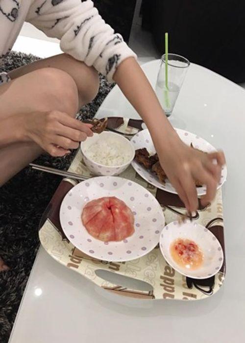 Những bữa cơm đạm bạc tới mức khó tin của Ngọc Trinh - Ảnh 2