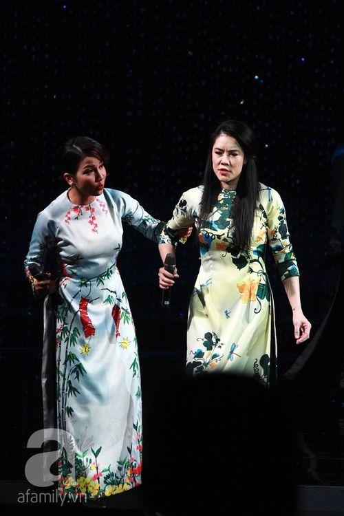 Dù vấp té, Thu Phương vẫn hát chuẩn cùng 4 diva nhạc Việt - Ảnh 5