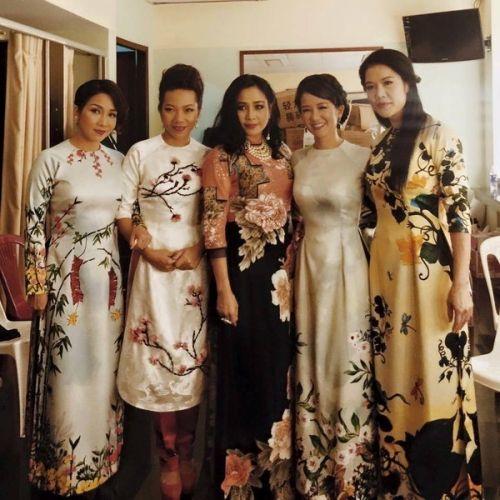 Dù vấp té, Thu Phương vẫn hát chuẩn cùng 4 diva nhạc Việt - Ảnh 1