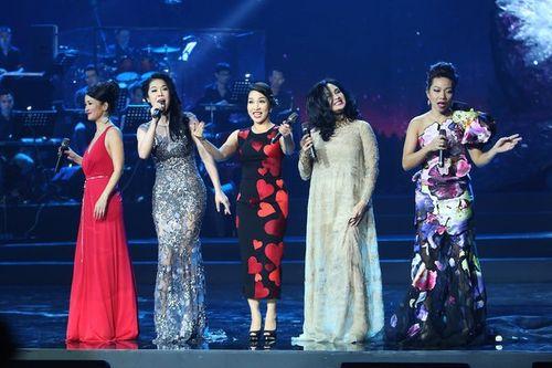 Dù vấp té, Thu Phương vẫn hát chuẩn cùng 4 diva nhạc Việt - Ảnh 2