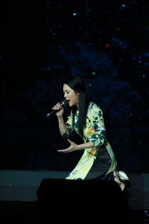 Dù vấp té, Thu Phương vẫn hát chuẩn cùng 4 diva nhạc Việt - Ảnh 3