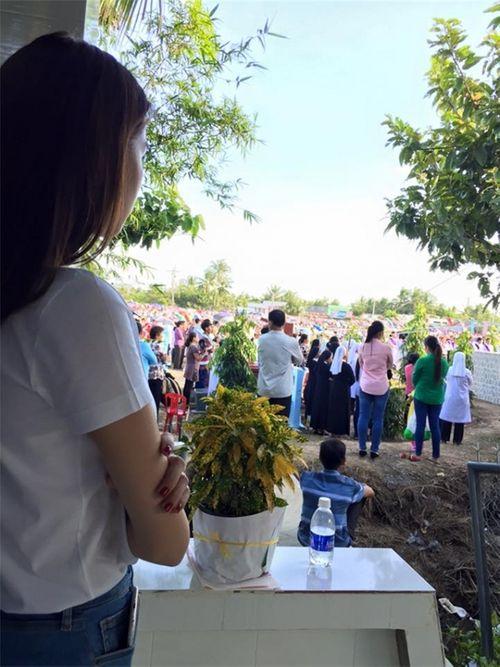 Ngọc Trinh khoanh tay viếng mộ mẹ khiến fan nghẹn ngào - Ảnh 2