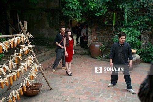 Linh Miu khổ sở mặc váy gợi cảm quay cảnh trong rừng đêm - Ảnh 1