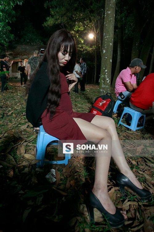 Linh Miu khổ sở mặc váy gợi cảm quay cảnh trong rừng đêm - Ảnh 10