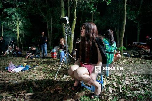 Linh Miu khổ sở mặc váy gợi cảm quay cảnh trong rừng đêm - Ảnh 12