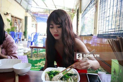 Linh Miu khổ sở mặc váy gợi cảm quay cảnh trong rừng đêm - Ảnh 4