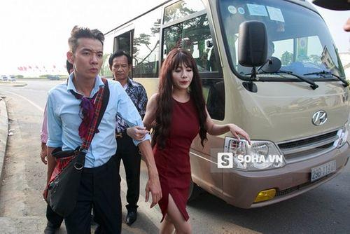 Linh Miu khổ sở mặc váy gợi cảm quay cảnh trong rừng đêm - Ảnh 5