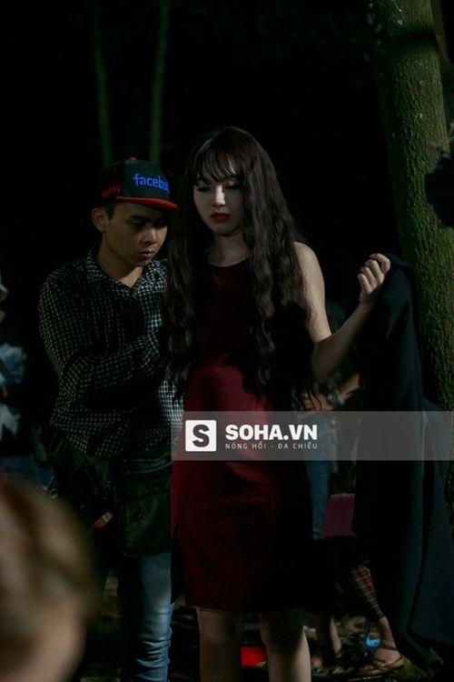 Linh Miu khổ sở mặc váy gợi cảm quay cảnh trong rừng đêm - Ảnh 9
