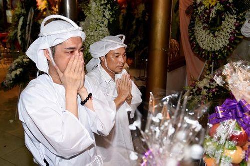 Ngọc Sơn ôm mặt khóc tiễn biệt cha lần cuối - Ảnh 2