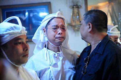 Ngọc Sơn ôm mặt khóc tiễn biệt cha lần cuối - Ảnh 8