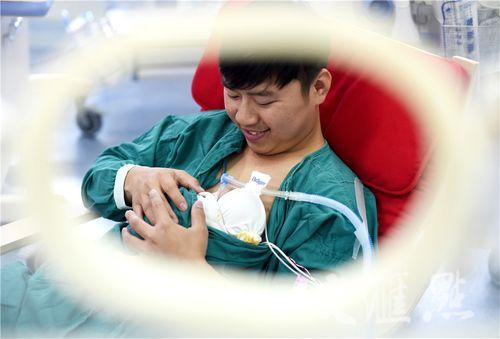 Hình ảnh hai ông bố ôm con sinh non cho bú gây xúc động - Ảnh 1