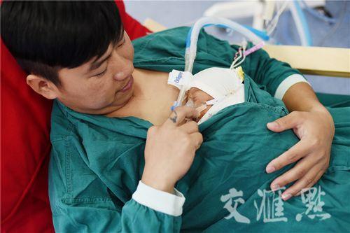 Hình ảnh hai ông bố ôm con sinh non cho bú gây xúc động - Ảnh 3