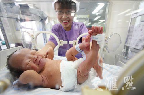 Hình ảnh hai ông bố ôm con sinh non cho bú gây xúc động - Ảnh 8