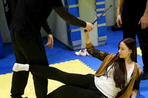 Xem hot girl mang gậy selfie đi tập tự vệ - Ảnh 1