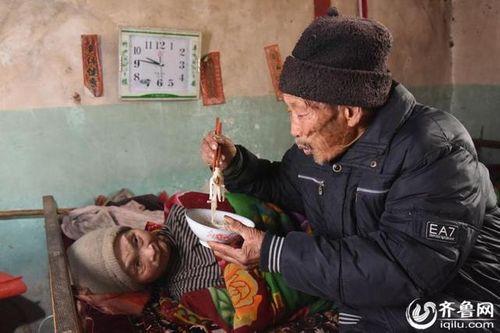 Người chồng 56 năm chăm sóc vợ bại liệt khiến mọi con tim tan chảy - Ảnh 1