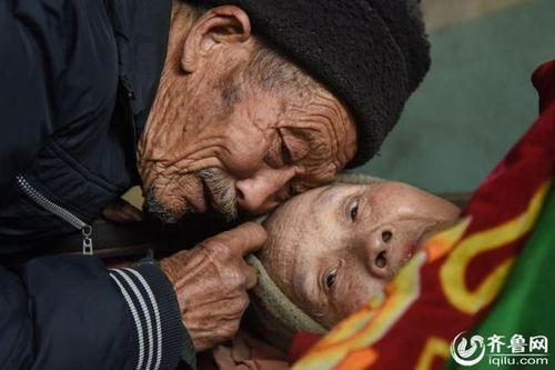 Người chồng 56 năm chăm sóc vợ bại liệt khiến mọi con tim tan chảy - Ảnh 2