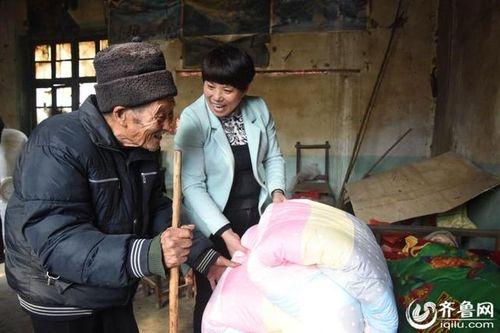 Người chồng 56 năm chăm sóc vợ bại liệt khiến mọi con tim tan chảy - Ảnh 5