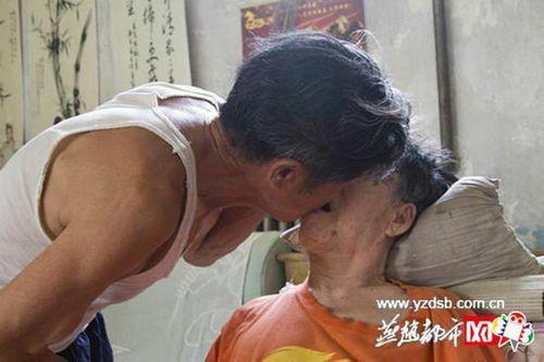 Người chồng 56 năm chăm sóc vợ bại liệt khiến mọi con tim tan chảy - Ảnh 7
