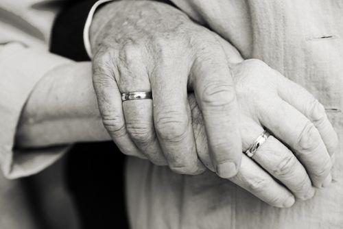 Thương tâm hai vợ chồng già nắm tay nhau tự tử - Ảnh 1