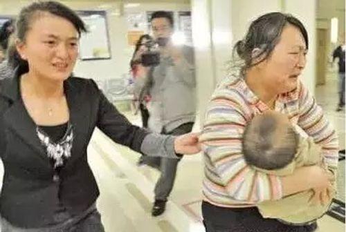 Bé 2 tuổi bị mù mắt và hành động khiến bà nội ân hận cả đời - Ảnh 1