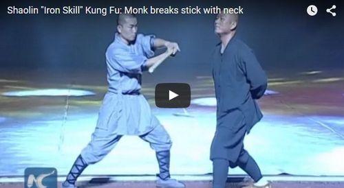 Sư Thiếu Lâm biểu diễn nội công cho người đập gậy vào yết hầu - Ảnh 1