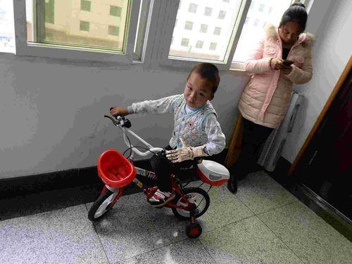 Bé trai 5 tuổi được ghép tay giả có thể cử động được - Ảnh 1