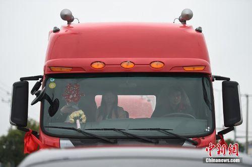 Choáng với đám cưới rước dâu bằng 8 xe container - Ảnh 2