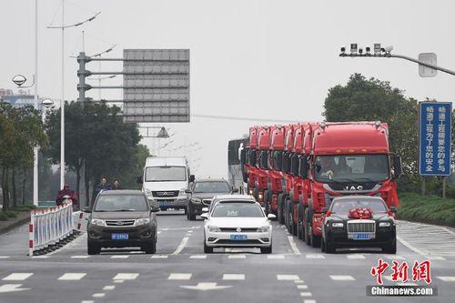 Choáng với đám cưới rước dâu bằng 8 xe container - Ảnh 4