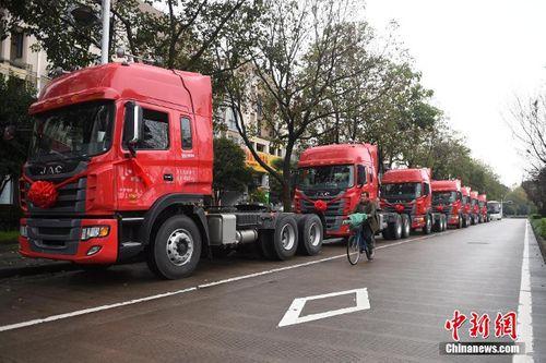 Choáng với đám cưới rước dâu bằng 8 xe container - Ảnh 5