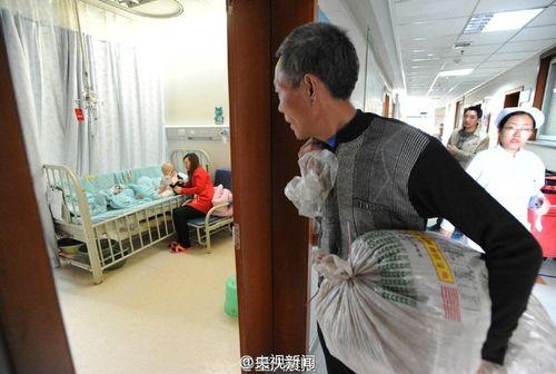 Ông nội cõng 100 cân thảo dược đi bán lấy tiền cứu cháu gái - Ảnh 2
