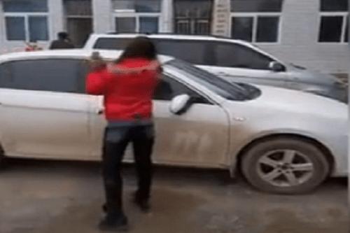 Clip vợ cầm búa đinh đập nát ô tô vì chồng ngoại tình - Ảnh 1