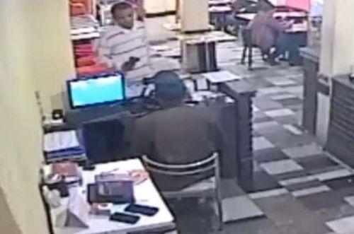 Thực khách ăn hoảng hồn vì chủ tiệm đấu súng với cướp - Ảnh 1