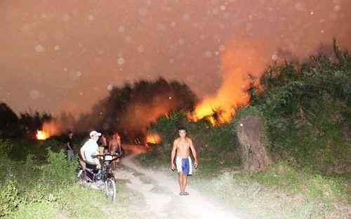 Cháy lớn ở Quận 2 TP.HCM, hàng trăm người dân hốt hoảng - Ảnh 1