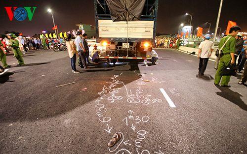 Tai nạn trên cầu vượt lớn nhất Việt Nam, một nam sinh tử vong - Ảnh 1