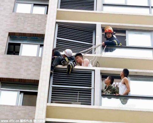 Xôn xao chuyện giải cứu cậu bé leo ra cửa sổ tầng 10 để dọa cha mẹ - Ảnh 2