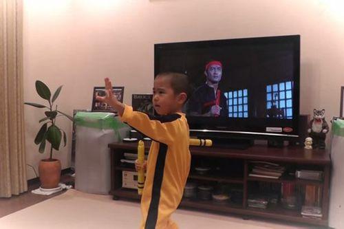 Sốc với cậu bé 5 tuổi múa côn giống hệt Lý Tiểu Long - Ảnh 2