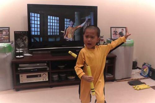 Sốc với cậu bé 5 tuổi múa côn giống hệt Lý Tiểu Long - Ảnh 1