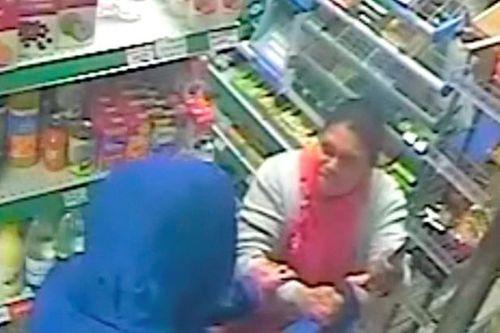 Thán phục bà chủ cửa hàng tay không tóm gọn tên cướp cầm dao - Ảnh 1