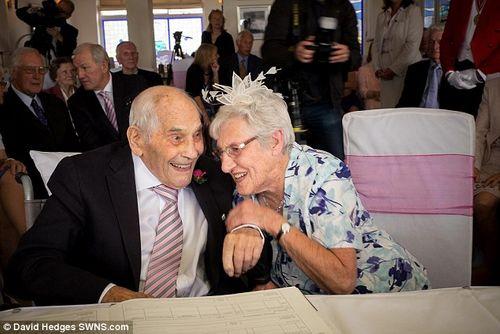 Hai cụ già trăm tuổi kết hôn sau 27 năm ở chung - Ảnh 1
