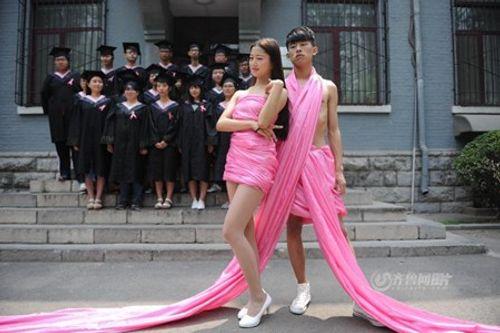 Sinh viên quấn ruy băng hồng chụp ảnh kỷ yếu bị chỉ trích - Ảnh 3