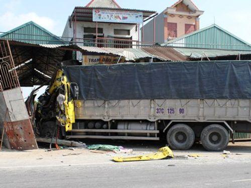 Xe tải lao vào nhà dân, 7 người may mắn thoát chết - Ảnh 1