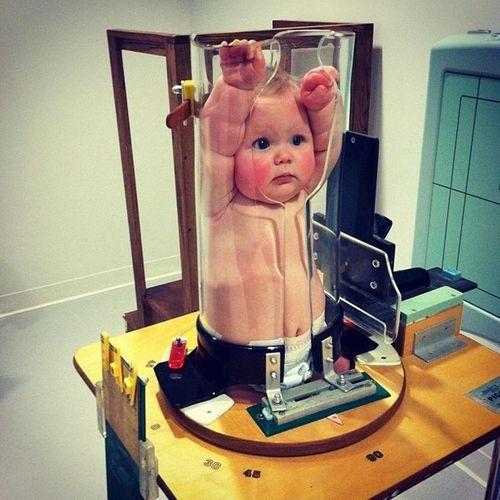 Sự thật bức ảnh em bé bị nhốt trong ống nghiệm khiến người xem chết lặng - Ảnh 1