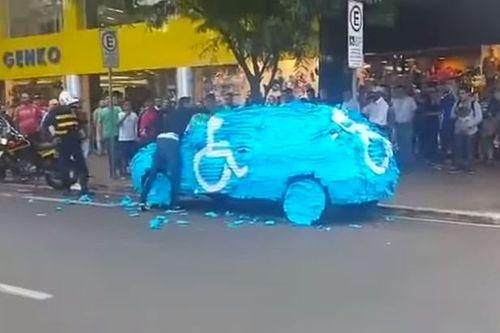 Ô tô bị dán giấy vì đỗ xe vào chỗ cho người khuyết tật - Ảnh 1
