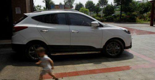 Trẻ 4 tuổi tử vong vì bị bố mẹ bỏ quên trong xe hơi dưới trời nắng - Ảnh 1
