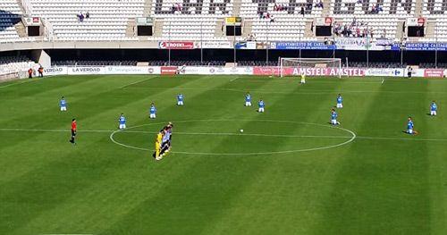Bi hài chuyện hai đội bóng Tây Ban Nha biểu tình...quỳ để đòi lương - Ảnh 2