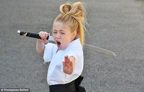 Cô bé 9 tuổi người Anh múa kiếm cực đỉnh - Ảnh 3
