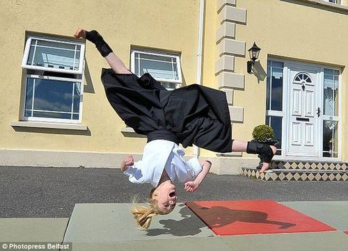 Cô bé 9 tuổi người Anh múa kiếm cực đỉnh - Ảnh 4