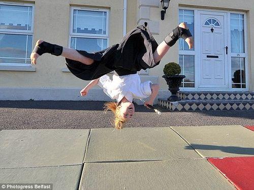 Cô bé 9 tuổi người Anh múa kiếm cực đỉnh - Ảnh 6